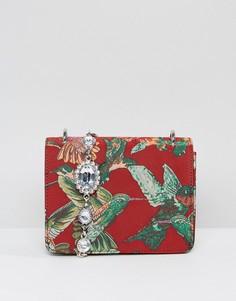 Сумка через плечо с узором в виде колибри и ремешком с камнями ASOS - Красный