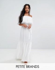 Платье макси с открытыми плечами, 3D-розами и шлейфом John Zack Petite - Белый