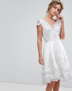 Платье-премиум миди с кружевной фактурной отделкой и короткими рукавами Chi Chi London - Серебряный