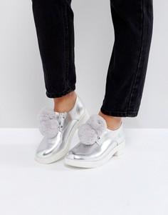 Туфли на плоской подошве с помпонами ASOS MARSHMALLOW - Серебряный