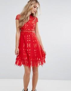 Кружевное короткое приталенное платье с полупрозрачной вставкой на талии Foxiedox - Красный