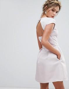 Платье мини с вырезом сердечком и открытой спиной Chi Chi London - Розовый