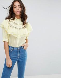 Блузка с коротким рукавом, рюшами и кружевными вставками ASOS - Желтый
