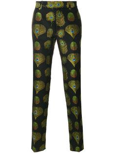 брюки с принтом павлиньих перьев Alexander McQueen