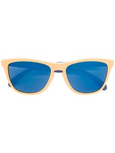 солнцезащитные очки в контрастной оправе Oakley