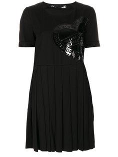 платье с плиссировкой и нашивкой логотипа Love Moschino