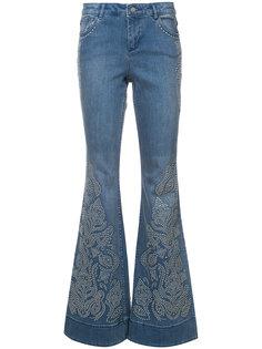 расклешенные джинсы с заклепками Alice+Olivia