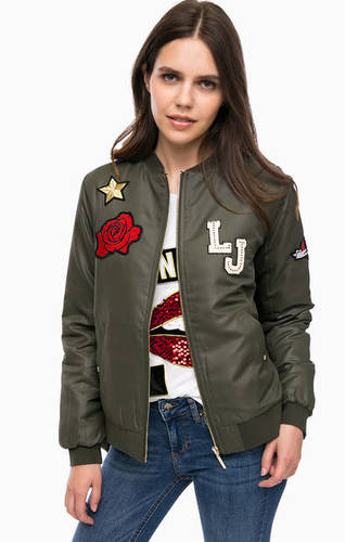 Куртка-бомбер цвета хаки с нашивками