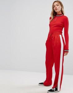 Атласные спортивные брюки с широкими штанинами Monki - Красный