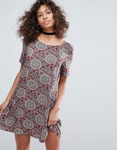 Свободное платье с принтом и короткими руками Glamorous - Красный