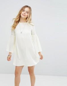 Платье с расклешенными рукавами Glamorous - Кремовый