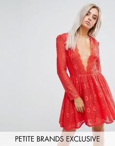 Короткое приталенное платье для выпускного из кружева с глубоким вырезом John Zack Petite - Красный