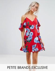 Чайное платье с открытыми плечами, запахом и крупным цветочным принтом John Zack Petite - Красный