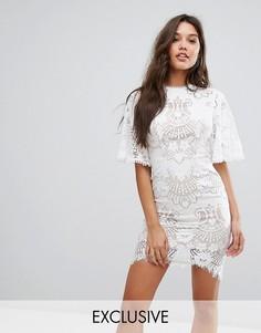 Кружевное платье мини с открытой спиной и рукавами клеш Love Triangle - Белый