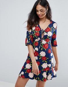 Чайное платье с цветочным принтом и оборкой New Look - Синий