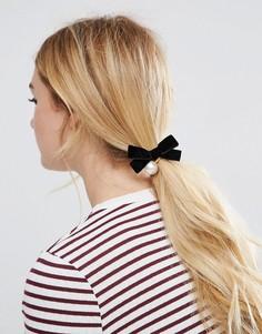 Резинка для волос с бархатным бантом и искусственным жемчугом ASOS - Кремовый
