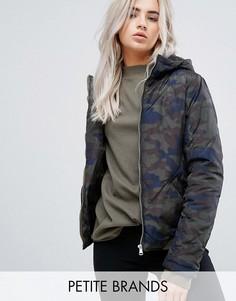 Дутая куртка с камуфляжным принтом и капюшоном Noisy May Petite - Мульти