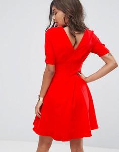 Короткое приталенное платье с V-образным вырезом на спине Little Mistress - Красный