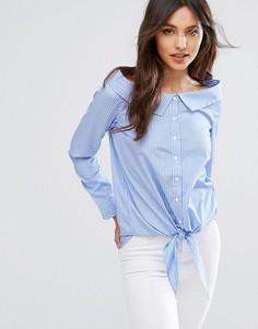 Рубашка со спущенными плечами и завязкой QED London - Синий