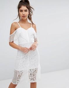 Кружевное платье миди с открытыми плечами PrettyLittleThing - Белый