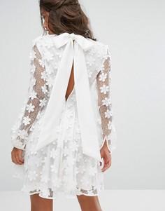 Платье мини с бантом и объемной цветочной отделкой Stevie May - Белый