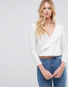 Блузка с запахом и асимметричной оборкой ASOS - Кремовый