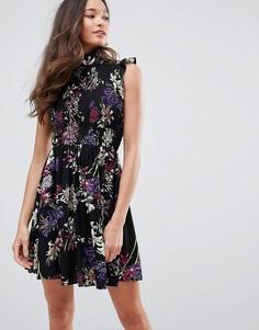 Короткое приталенное платье с высоким воротом и цветочным принтом QED London - Черный