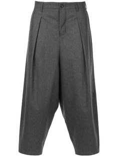 укороченные брюки с заниженной проймой Kazuyuki Kumagai