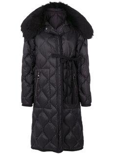 стуганое пальто с меховым воротником  Moncler