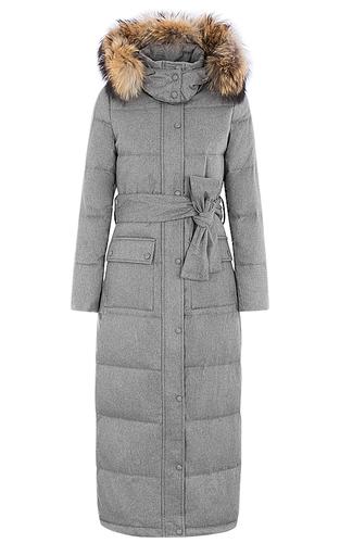 Длинное зимнее пальто с отделкой мехом енота