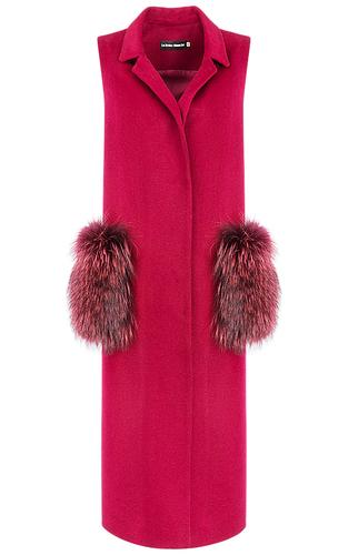 Бордовый жилет с отделкой натуральным мехом енота