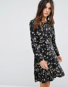 Короткое приталенное платье с цветочным принтом и оборкой Brave Soul - Черный