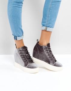 Бархатные кроссовки на танкетке New Look - Серый