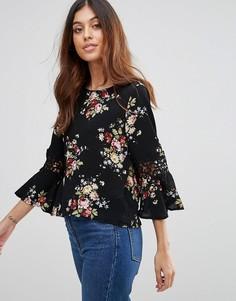 Блузка с цветочным принтом и кружевной отделкой на рукавах QED London - Черный