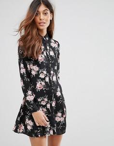 Платье-рубашка с цветочным принтом QED London - Черный