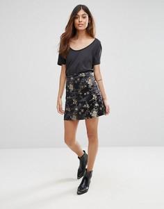 Мини-юбка с цветочным принтом QED London - Черный