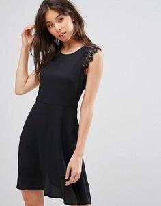 Платье мини с кружевными вставками на плечах QED London - Черный