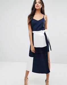 Платье на бретелях в стиле колор блок с плиссировкой Boohoo - Темно-синий
