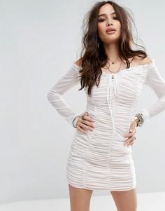 Облегающее платье со спущенными плечами и сборками Honey Punch - Белый
