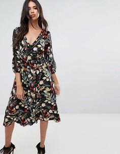 Платье миди с цветочным принтом и запахом Boohoo - Мульти