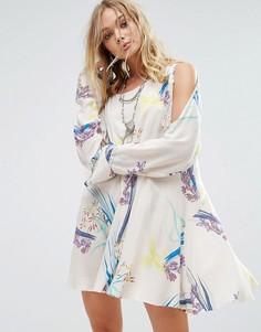 Платье с открытыми плечами и принтом Free People Clear Skies - Бежевый