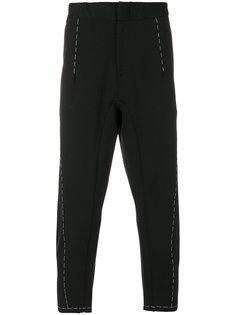 укороченные брюки с простроченной отделкой Oamc