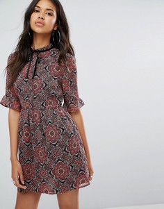 Шифоновое платье мини с цветочным принтом и лентой Boohoo - Мульти