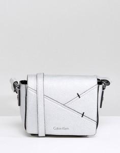 Сумка через плечо с эффектом металлик Calvin Klein - Серебряный