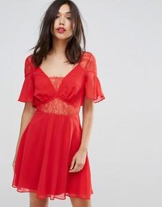 Платье мини с кружевными вставками и рукавами клеш ASOS - Красный