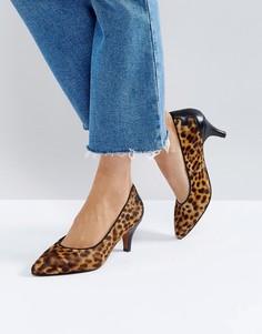 Туфли-лодочки на среднем каблуке с леопардовым принтом Selected - Коричневый