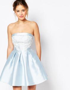 Платье мини для выпускного с вырезом бандо и кружевом Chi-Chi London Petite - Синий