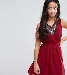 Короткое приталенное платье с декорированной горловиной Yumi Petite - Красный