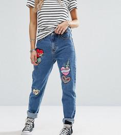 Джинсы в винтажном стиле с нашивками Glamorous Petite - Синий