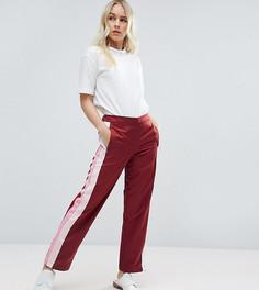 Спортивные брюки прямого кроя с полосками по бокам ASOS PETITE - Красный